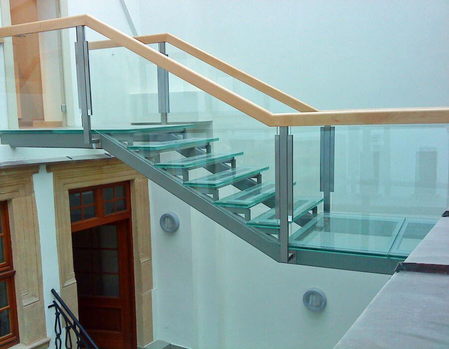 Стеклянный пол с лестницей, фото.